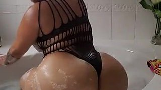 A fantastic phat ass in the bathtub