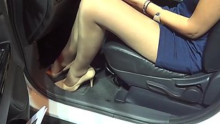 Upskirt bombastic girl panty flash