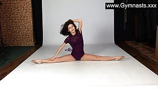 Flexibility queen Laczkowa stretches naked