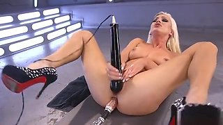 Blonde beauty shoves machine up her ass