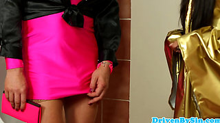 Glamour babe pissdrenched by crossdresser