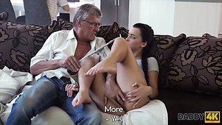 Cock of mature dad satisfies girl&#039s need in good dicking
