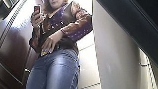 Curvy white lady in tight jeans shows her big booty on voyeur cam